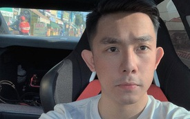 """CEO Tống Đông Khuê gây """"nhức mắt"""" vì lái ô tô bằng 1 tay, tay khác đặt lên đùi bạn gái lại còn không thắt dây an toàn"""