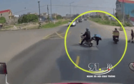 Đang sang đường thì container rú còi inh ỏi, người vợ cuống cuồng nhảy khỏi xe còn ông chồng phóng luôn sang bên kia đường