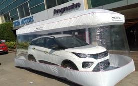 Đặt ô tô trong 'bong bóng' để giao cho khách hàng
