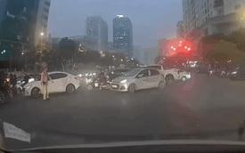 CSGT vừa tuýt còi, taxi quay ngoắt đầu xe, bỏ chạy một mạch