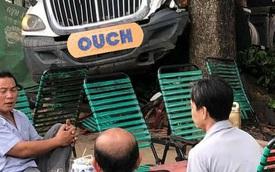 """Container đâm vào cây bàng trước quán cafe, biểu cảm của 3 người đàn ông được dân mạng mang ra """"mổ xẻ"""""""