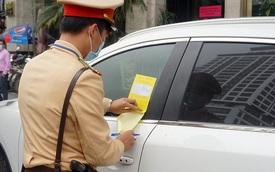 Cận cảnh CSGT dán thông báo phạt 'nguội' ô tô dừng đỗ sai quy định