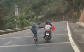 Chạy xe máy đèo con nhỏ nhưng chỉ dùng 1 tay, người đàn ông còn có thêm hành động khiến 3 đứa trẻ rơi vào tình huống nguy hiểm