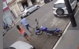 Anh trai phản ứng xuất thần, cứu sống em gái ngay trước đầu ô tô