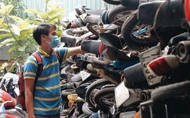 """Cận cảnh hàng trăm xe máy bị chủ nhân """"bỏ rơi"""", chất cao như núi ở bến xe lớn nhất Sài Gòn"""