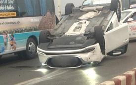 Hà Nội: Xe Mazda đâm vào dải phân cách, lật ngửa trên cầu Vĩnh Tuy gây ùn tắc nghiêm trọng