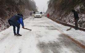 Cảm động cảnh phượt thủ hỗ trợ nhau qua dốc cua phủ đầy băng trơn trượt