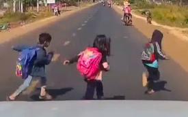 """Thót tim khoảnh khắc tài xế đạp phanh """"cháy lốp"""" cứu sống 3 đứa trẻ ngay trước mũi ô tô"""