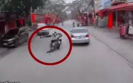 """2 xe máy va chạm, nữ sinh bị """"bắn"""" vào sát đầu ô tô, tài xế thảng thốt nhìn hiện trường"""