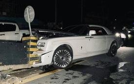 Xót xa hàng hiếm Rolls-Royce Phantom Coupe bản độ đắt tiền bị xẻ đôi đầu khi húc thẳng vào dải phân cách