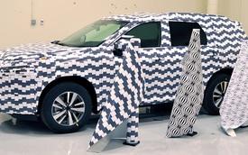 Không muốn lộ thông tin, Nissan bỏ tiền mua hơn 3.000m decal nguỵ trang dán lên xe chạy thử