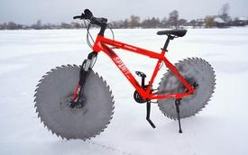 Thay lốp bằng lưỡi cưa, chiếc xe đạp 'kinh dị' này có thể lướt đi trên mặt hồ đóng băng