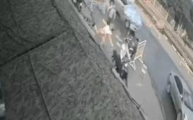 Bị CSGT dừng kiểm tra, người đàn ông bất ngờ nhảy lên xe bỏ chạy, húc hỏng lán chốt kiểm dịch