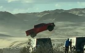 Quảng cáo xe chưa bao giờ làm ta thất vọng: Ford F-150 Raptor bay như chim trong video hậu trường