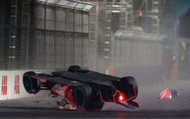 """Xe Formula E bị hất tung và rê cả trăm mét theo phương """"đầu đội đất"""", tay đua vẫn thoát chết thần kỳ nhờ công nghệ hàng không vũ trụ"""