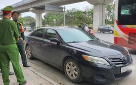 Hà Nội: Tài xế xưng là quân nhân đỗ ô tô Camry giữa ngã tư để ngủ, bị nhắc nhở liền ghì cổ, tát CSGT