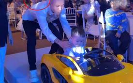 """Vợ 2 Minh Nhựa - Mina Phạm chăm chú nhìn chồng hộ tống cháu ngoại trên """"siêu xe"""" trong tiệc mừng 1 tuổi"""