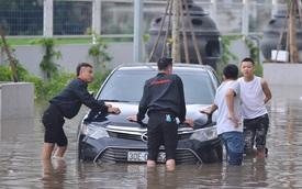 """Ảnh: Đường vào chung cư ở Hà Nội ngập trong """"biển nước"""", hàng chục xe ô tô mắc kẹt chờ được """"giải cứu"""""""