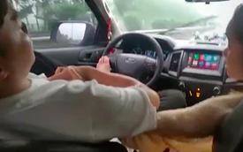 Clip: Tài xế ngả lưng ghế lái, chân đạp lên vô lăng, tay thì âu yếm bạn gái ngồi bên cạnh