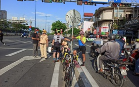 """Bị CSGT tuýt còi, người đi xe đạp nói """"chạy vào làn ô tô có bóng cây cho mát"""""""