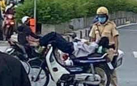 Dựng xe máy, vắt chân ngủ giữa ngã tư, đàn ông tỉnh giấc 'mơ màng' khi đánh thức bởi CSGT