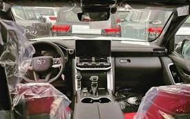 Lộ nội thất Toyota Land Cruiser 2022 trước ngày về Việt Nam: Lột xác toàn diện, bỏ cần số 'cây đũa' quen thuộc, chảnh như xe châu Âu