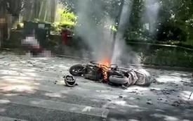 Đang chạy bon bon trên đường, xe điện đột ngột bốc cháy khiến 2 bố con bị thiêu rụi quần áo, người mẹ đi ngay cạnh chết lặng trước hiện trường thảm khốc