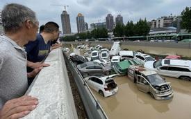 Xót xa hình ảnh hàng trăm ô tô chất đống lên nhau do lũ lụt: Nhiều chiếc là xe sang đắt tiền