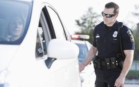 Vạch trần bí ẩn việc cảnh sát luôn chạm tay vào đuôi ô tô mỗi khi dừng xe ai đó