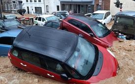 Ô tô bị nước cuốn phăng như lá trên đường phố quốc gia châu Âu