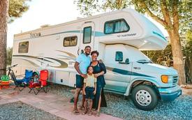 Bán nhà để ở trên xe di động, cặp vợ chồng có cuộc sống trải nghiệm ai cũng mơ ước, còn mang về thu nhập 1,8 tỷ/năm