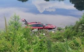Điều khiển xế hộp Mazda đi chùa, nữ tài xế mất lái lao thẳng xuống sông Nhuệ đen ngòm