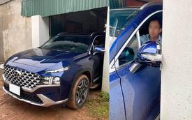 'Lái non' lùi Hyundai Santa Fe thế hệ mới vào nhà làm vỡ gương chiếu hậu, CĐM thấy vậy vào khuyên: 'Xây cổng lớn hơn đã rồi hãy mua xe to'
