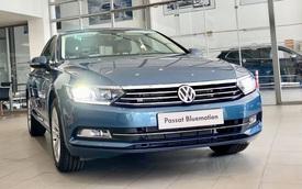 Volkswagen khuyến mại tất tay: Passat giảm 200 triệu còn ngang Camry, Tiguan Allspace dọn kho giảm 100 triệu cạnh tranh GLC