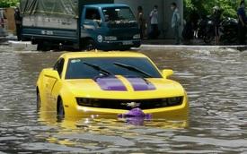 Xót xa hình ảnh Chevrolet Camaro bạc tỷ của dân chơi Hải Phòng ngâm mình trong vũng ngập sâu