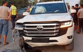 Đâm phải Camry, Toyota Land Cruiser đời mới vừa mua 1 tuần đã nát đầu, bung túi khí