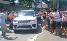 """Messi lái xe sang Range Rover chở """"nóc nhà"""" rời buổi chia tay, fan Barcelona bịn rịn bám theo níu giữ những khoảnh khắc thiêng liêng cuối cùng"""