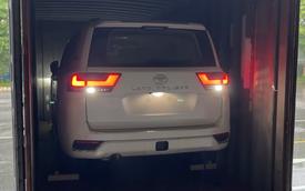 Chật vật lùi Toyota Land Cruiser ra khỏi container, tài xế vào xe bằng cách nào khi không mở được cửa?