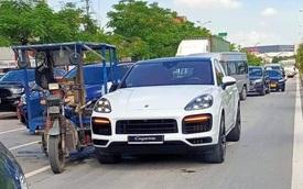 Va chạm với xe ba gác, Porsche Cayenne Coupe mới coóng chưa kịp ra biển đã lõm cửa, gãy gương