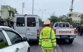 Ô tô hết hạn kiểm định chở khách lạng lách trên đường, tài xế cố thủ trên xe, chống đối CSGT