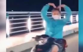 """Cô gái phóng xe vun vút thả tay """"múa quạt"""", tạo hình trái tim"""