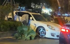 """Hà Nội: Xe Porsche mất lái """"chồm"""" lên dải phân cách ở hầm Kim Liên, tài xế nghi đột quỵ vì lạnh"""