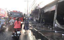 Bình Dương: Cửa hàng xe máy cháy rụi, người chủ gào khóc đau đớn vì gia tài hàng tỷ đồng chìm trong biển lửa