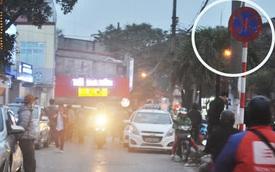 """Hà Nội: Những chiếc xe """"vô duyên"""" giữa giờ cao điểm khiến người đi đường """"tức ói máu"""""""