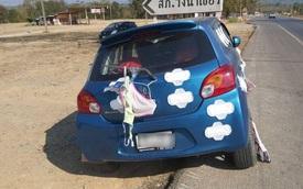 Người phụ nữ dán chi chít băng vệ sinh và treo đồ lót trên xe hơi giữa đường phố và hành động của vị cảnh sát được tán dương hết lời