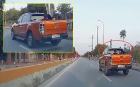 Chiếc xe bán tải nghênh ngang chạy trên đường, nhìn thùng xe ai nấy đều hoảng sợ