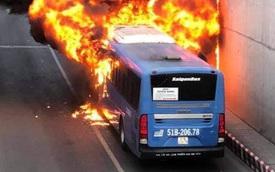TP.HCM: Xe buýt bốc cháy ngùn ngụt, bị thiêu rụi hoàn toàn trong hầm chui An Sương
