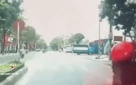 """Clip: Xe máy mất lái """"phi thẳng"""" qua đường rồi lao vào nhà dân, cái kết khiến người xem hú hồn"""