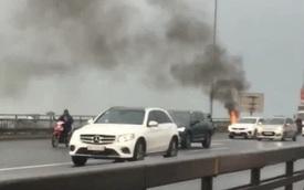 Xe máy SH bỗng nhiên bốc cháy ngùn ngụt trên cầu Nhật Tân, khổ chủ thất thần đứng nhìn mà không thể làm gì