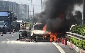 Ô tô 7 chỗ bất ngờ bốc cháy dữ dội, chỉ còn trơ khung sắt trên cao tốc Pháp Vân - Cầu Giẽ